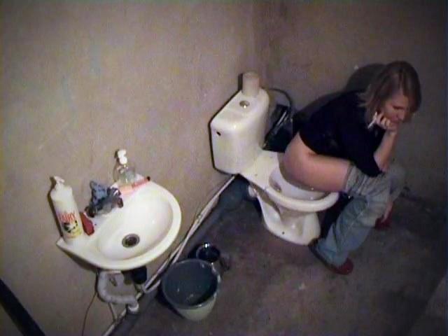 Hot booty of bimbo smoking on the toilet
