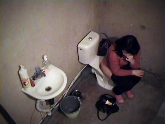 Sexy amateur fixes her make up on toilet